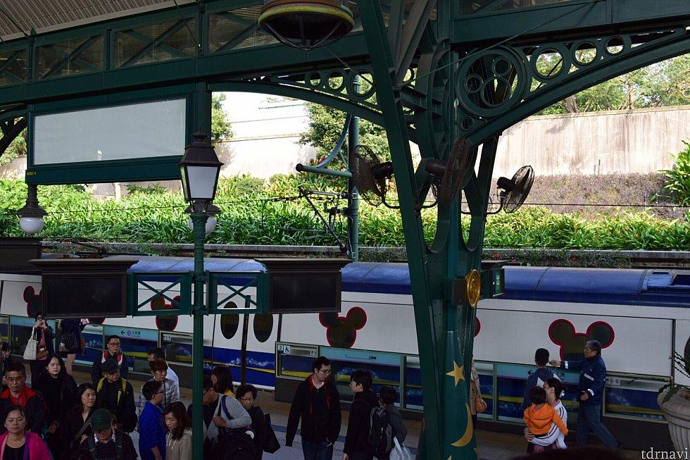 こんな見た目の電車です