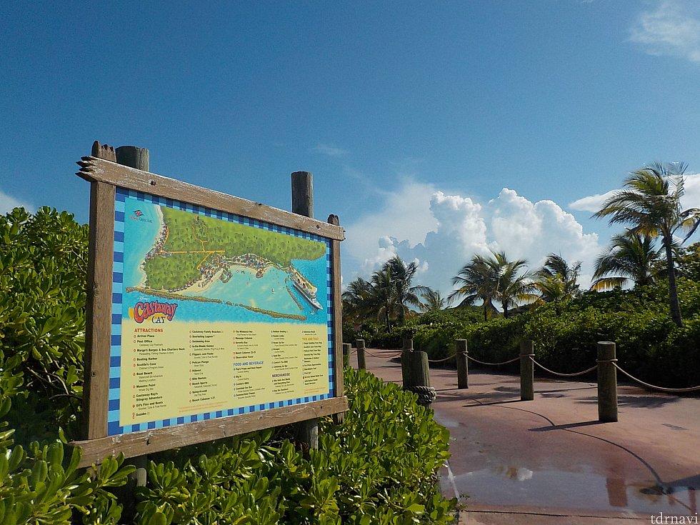 案内板も島の入り口に設置されています。こちらも青空に映えて、これから始まる島での一日にワクワクさせてくれます。 タオルは下船後に借りられるので部屋から持って行く必要はありません。
