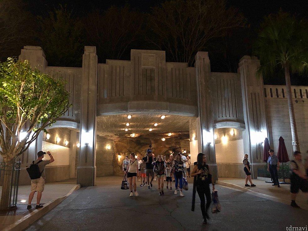 このトンネルを通ってGrand Avenueに戻ると、ハリウッドスタジオ内にいたんだ、と実感させられました。ギャラクシーエッジに中にいると、本気でこのパーク内にいる事を忘れてしまいました。3回に渡った長いレポにお付き合いいただきありがとうございました。少しでもエリアの雰囲気が伝われば嬉しいです。