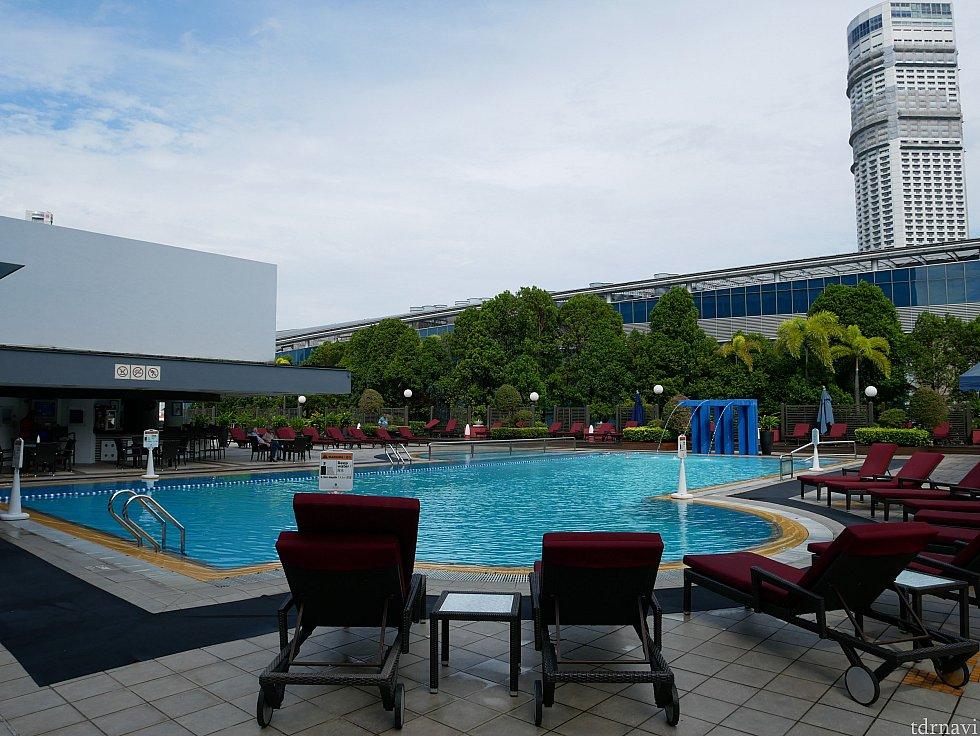 ホテルにはプールが付いています(5F)。チェックアウトが12時と遅いので、入ってもよかったかも😌 タオルはプールサイドにありました。