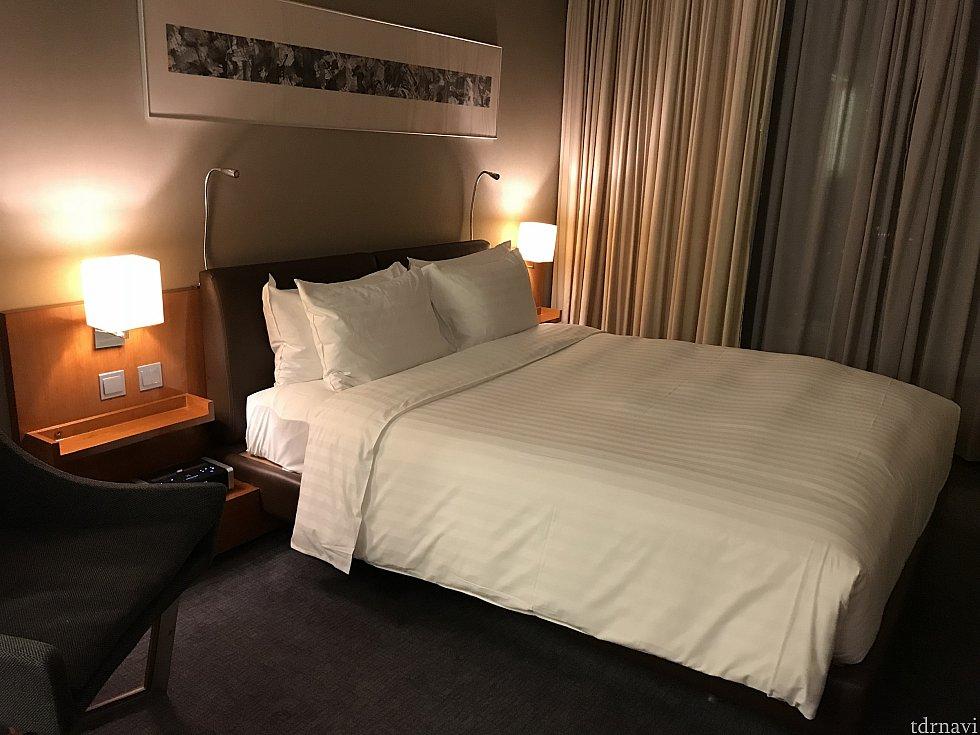 クイーンサイズのベッドは広々使えて、パークの疲れが取れます😍