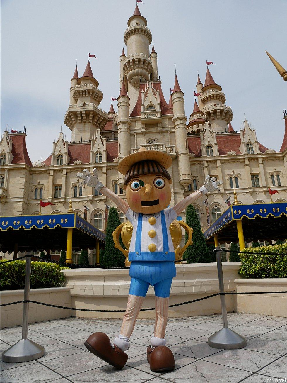 お城の前で映画『シュレック』に出てくるピノキオがグリしてました!!!このロケーションがすごい!!!