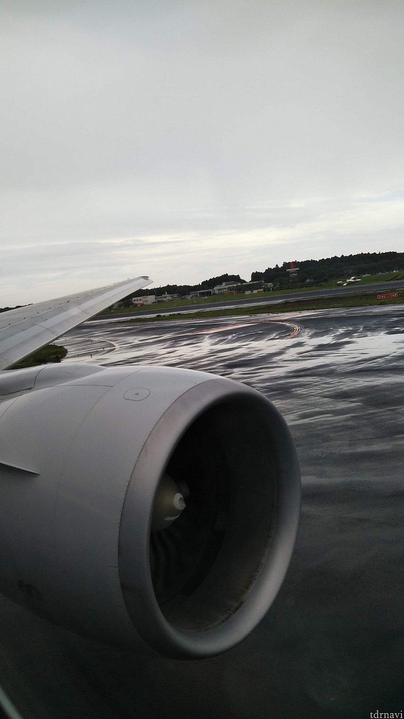 飛行機が滑走路に向かい始めました。 この瞬間、ワクワクする! ジェットみたいなやつ、大きくて迫力あるなぁ。