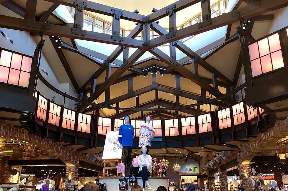ショップの中心部は更に天井が高くなっており、外の明かりも入ってきて全体的に明るい雰囲気に。2階がありそうに見えますが、ショップは一階部分のみです。