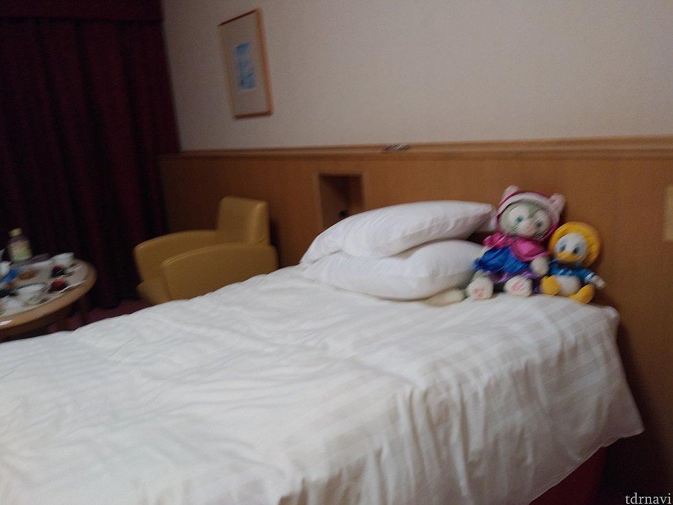 手前にもう一台ベッドがあります。