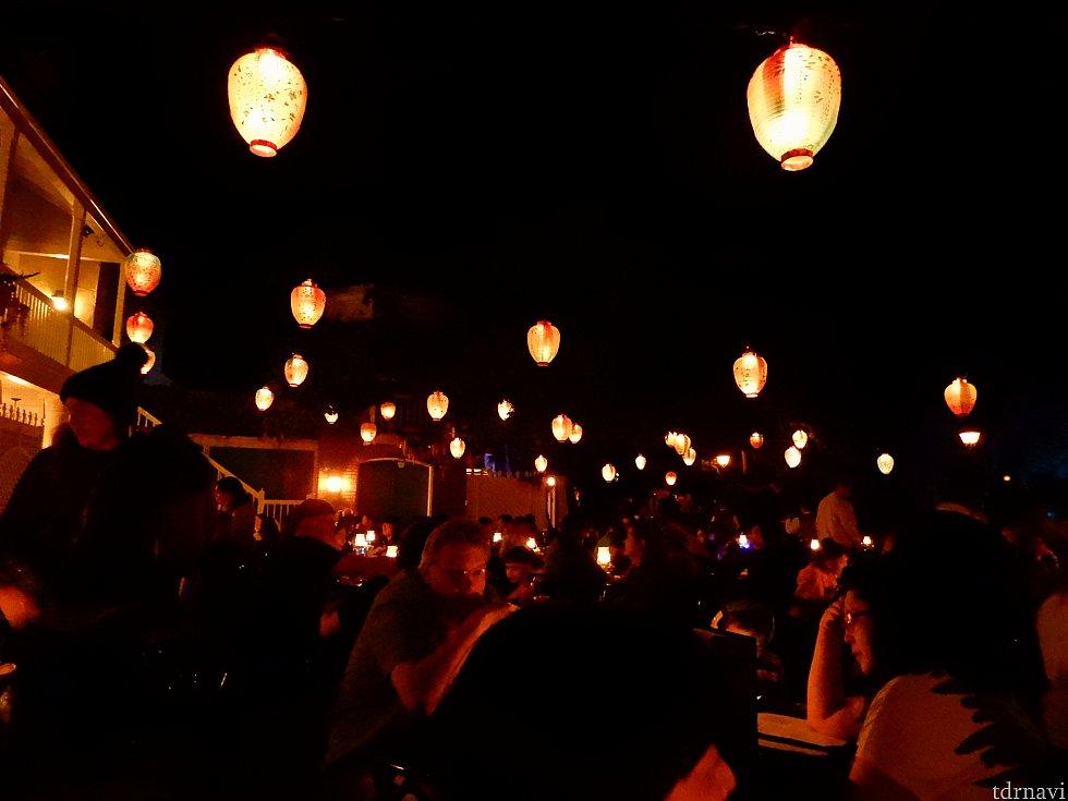 夜の入り江の街で食事です