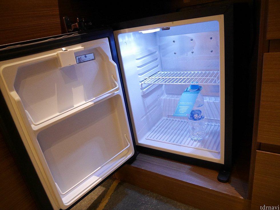 冷蔵庫のサイズはこんな感じ。お水はサイズ比較用で本来は何も入っていません。
