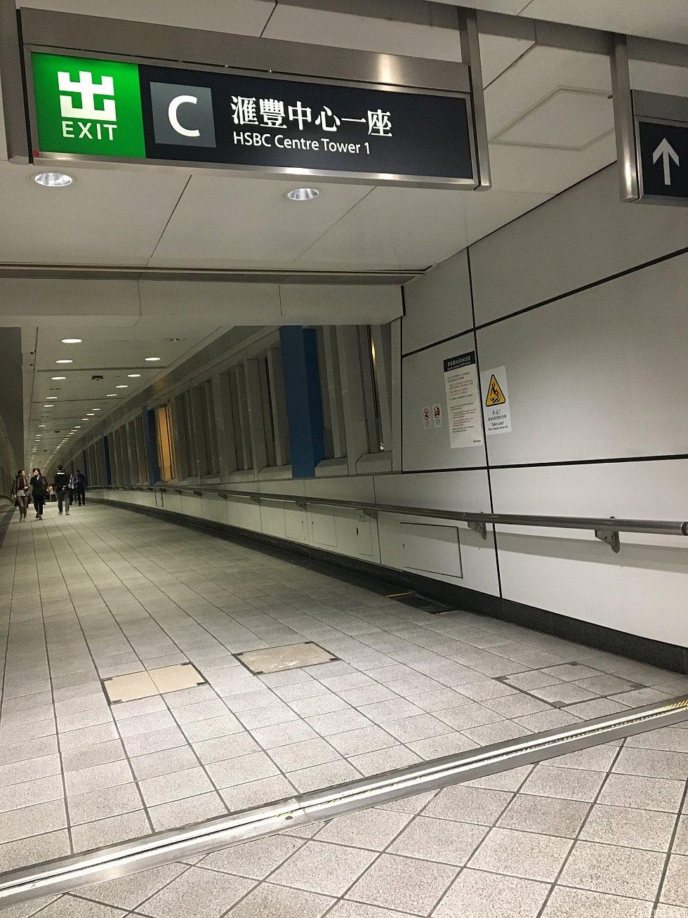 駅の出口のご案内です。