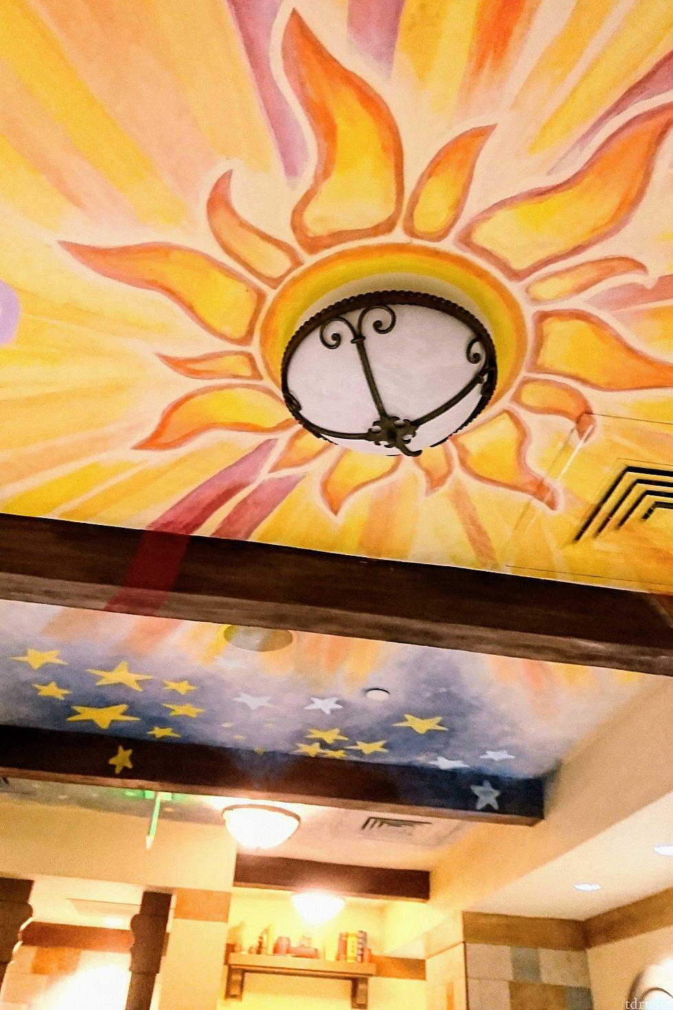 天井画が素敵です!ここだけライトがオフなのは見やすいように配慮してくれたのかな?