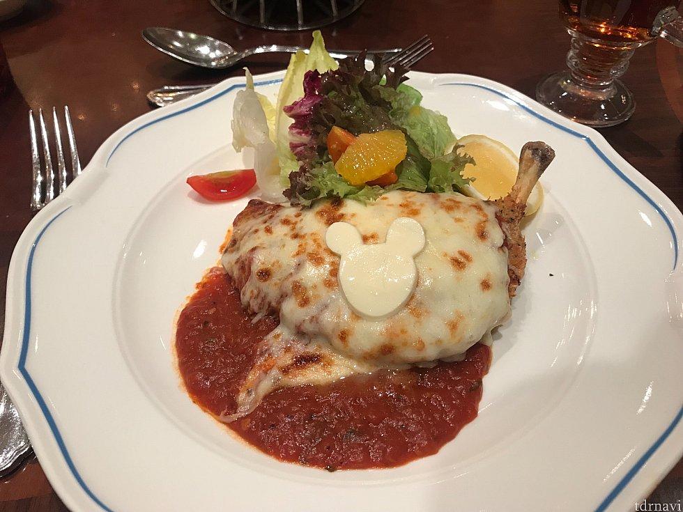 トマトソースとチーズののったチキングリル。美味しかったです!