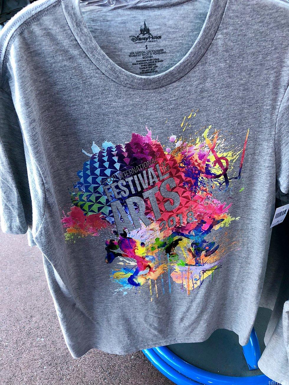先ずはアパレル系から。こちらのアートフェスティバルならではの、カラフルなロゴがプリントされたTシャツ。$27.99