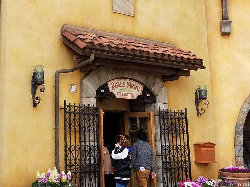 ハーバーに面した可愛いお店「ベッラ・ミンニ・コレクション」。「イル・ポスティーノ・ステーショナリー」の隣です。