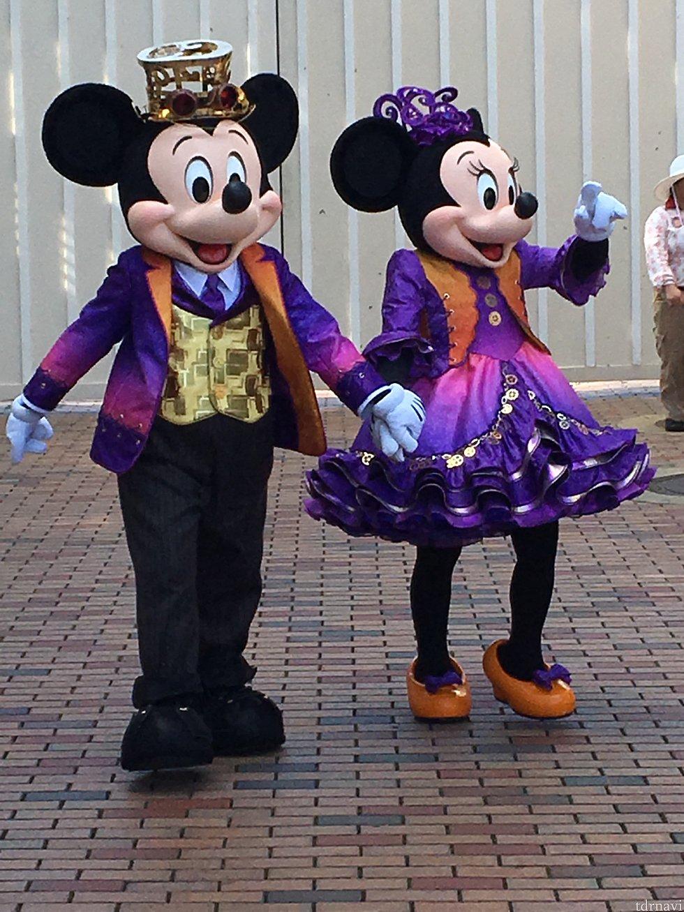 ミッキー&ミニー。中庭でのグリーティングは大人気です。