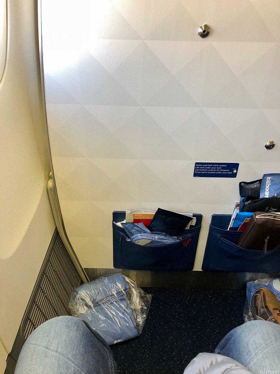 成田行きのデルタ便のプレミアムエコノミーは、見た目で直ぐに古い機材と分かるもので、ここでもがっかり。奥行きはエコノミーより余裕があるものの、シートの横幅はエコノミーと一緒で狭かったです。