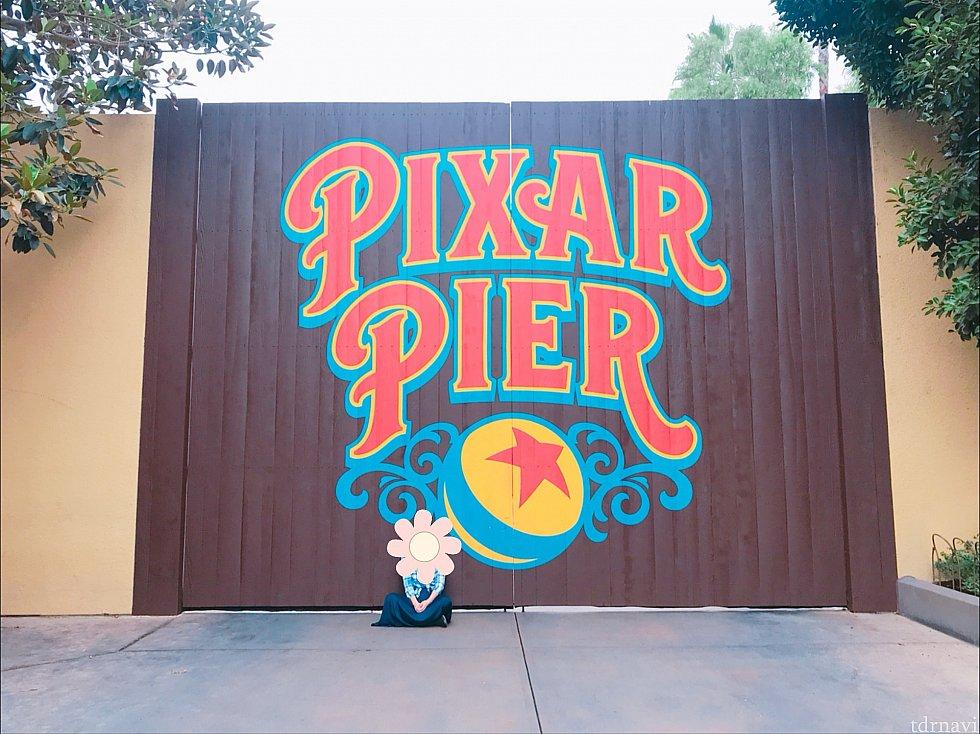 Pixar Pierのロゴの壁