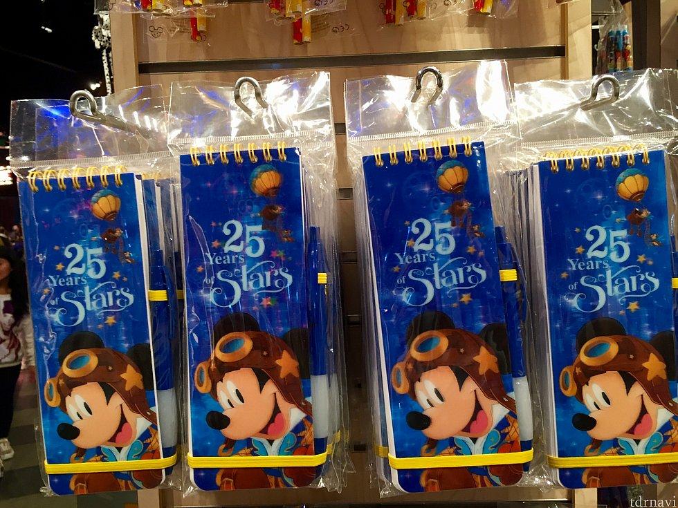 こちらは小さなメモ帳。ペン付です。ちょっと使ってしまうのがもったいない感じです。9.99ユーロ。