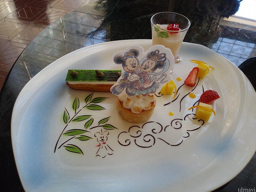 デザートプレート😆 ★ピスタチオのエクレア ★ライチゼリーとラズベリーソース ★レモンメレンゲパイ