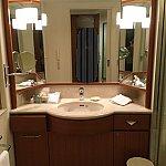洗面所は鏡が3つ&可動式の鏡がひとつあり、朝の支度がしやすいです。ひろびろとしていて、清潔感があります。