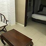 リビングからベッドルーム。ベッドルームの右隣に洗面台などがあります