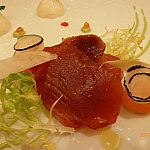 マグロのスモーク、左上の泡は醤油のスプマンテ