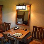 鏡の下には、2口のコンセントがあるので充電に重宝しました。大きめなテーブルだったので、お食事するのもゆっくりできます。