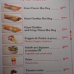 ケーシーズ・コーナーのメニュー一覧。サラダ横に記載のある「V」はベジタリアンマークです。