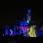 ミッキー登場!お城にばんばん魔法をかけてます!