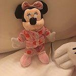 夜にはパジャマミニーのミニぬいぐるみがベッドに置かれてました!