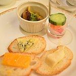 つぶ貝ときのこのガーリックバター焼き、ピクルス、チーズ3種類。シャンパンに合います♪