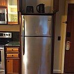 2ドアで大容量の冷蔵庫上の棚にはトースター&電気ポット