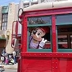 Red Car Trolley News Boysのミッキーがピースサインを(笑)日本人だと気付いてくれたみたいです。