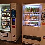 歩道橋の左下奥にはジュースやお菓子の自販機が。カップラーメンまで売っているのは中国ならでは?