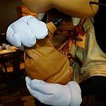 グーフィーの持っている水筒を触らせてもらったら、柔らかいリアルな感触!