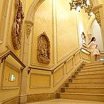 らせん階段を昇っていくと、次々とディズニープリンセスの彫刻が登場します。