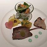 季節の前菜の盛り合わせ。右の炙りのお魚が美味しい!