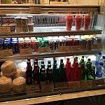 ヨーグルトや缶ジュース、アルコールもあります。