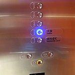 エレベーターのボタン。ルームキーをかざしてから、階数を押そう!