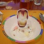 自分で巻いたソフトクリームの上には食べられるアイアンマンのシートをトッピングできます♪