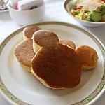 ミッキーシェイプのパンケーキ。ボリューミーです。