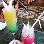 左がトゥインクルティンカーベル!ピクシーダストが舞うグラスに入っていて軽くまぜるとティンクのワンピースの色に変化します。