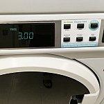 洗濯機に洗濯物を入れようとすると…、あれ、3ドル?ちょっと値上がりしたのかな(以前は2.5ドル)