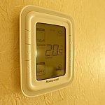 エアコンはON/OFFでき、温度調整もできます。