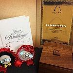 結婚証明書・アルバム・記念品(アウラニマークの入った木箱)・挙式後の食事会で使ったロゼット