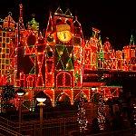 夜になると・・・クリスマスカラーにライトアップ。