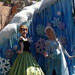フェスティバル・オブ・ファンタジー・パレードのアナとエルサ