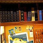 ドナルドのスーツケースには本がたくさん。勉強家な一面です。