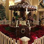 クリスマスのジンジャーブレッドで出来たメリーゴーランドがロビーにかざってました
