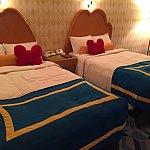 ベッドはドナルド調でとても可愛かったです。またドナルドのチャームポイントであるリボンのクッションがあるのでまたこれも良し!