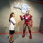 アイアンマン(英語)と司会の女性(広東語)が何やら話しています。