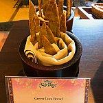 グリーンコカ 竹林をイメージですよね。発酵させないでかたいピザのようなパン。塩味で美味しかったです。